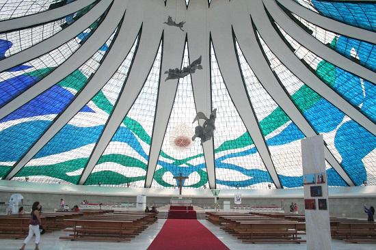 Interior da Catedral de Brasília, obra do arquiteto Oscar Niemeyer.