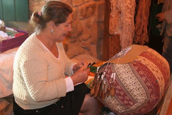 Mulher trabalha a renda de bilro, em Santa Catarina.