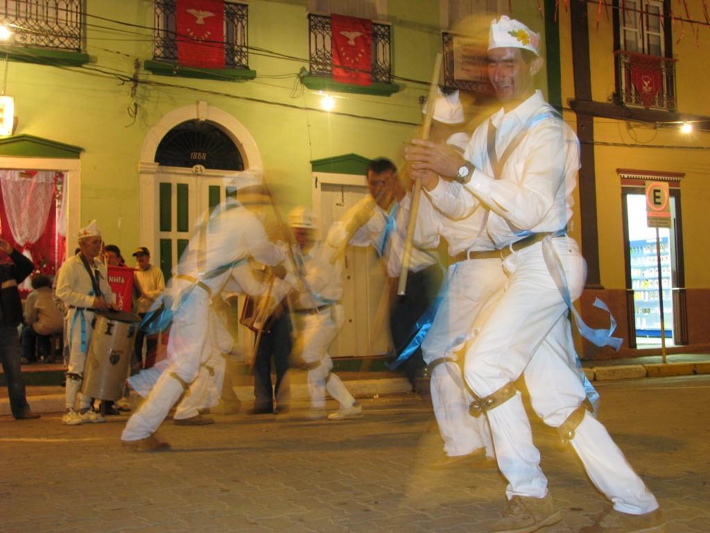 Apresentação de grupo de marujada durante a Festa do Divino Espírito Santo, em São Luís do Paraitinga (SP)