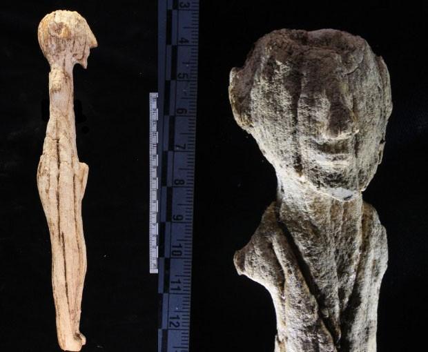 Estátua de bronze encontrada em tumba egípcia.
